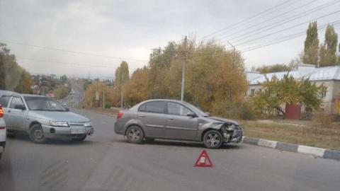 Машины после аварии выстроились уступом и заблокировали встречную полосу
