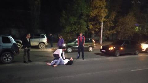 Сбитый пешеход валяется посреди дороги на улице Шехурдина. Видео