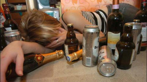Пожилая женщина лишилась денег после пьянки ее дочери с двумя мужчинами