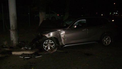 Водитель BMW врезался в столб и попал в больницу