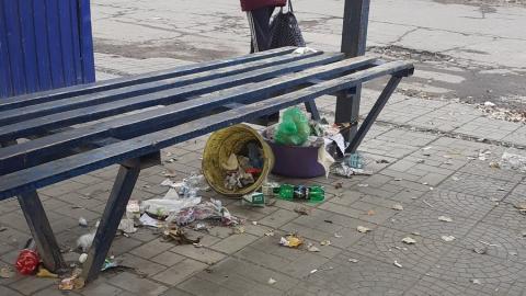 Автобусную остановку в Балакове забросали мусором