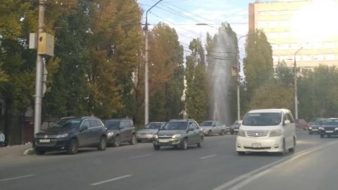 На улице Орджоникидзе забил коммунальный фонтан. Видео