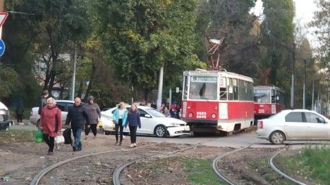 Иномарка въехала под трамвай. Парализованы два маршрута
