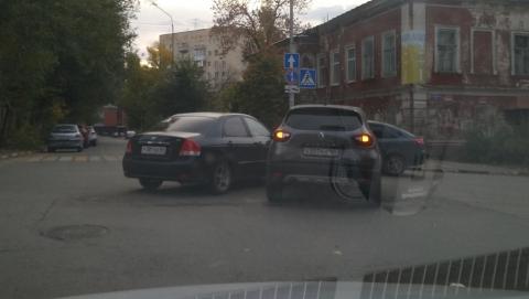 """Притершиеся в центре Саратова """"Рено"""" и """"Киа"""" больше двух часов стоят на перекрестке"""