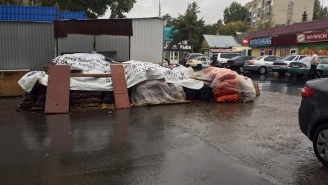 Жители Октябрьского района жалуются на самовольные ларьки на проезжей части