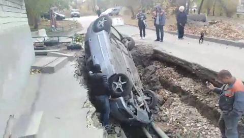 """""""Опель"""" улетел в коммунальную траншею"""