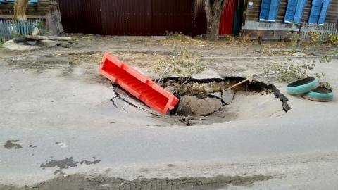 На свежеуложенном асфальте в центре Саратова появился огромный провал
