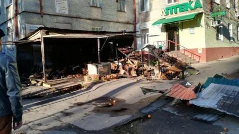 Овощи из сгоревшего ночью ларька валяются на тротуаре недалеко от сквера Борцам революции 1905 года