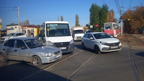 Водитель «Хендэ» подставился под маршрутку на трамвайных рельсах