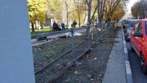 У сквера Радищева наполовину восстанавливают чугунную ограду