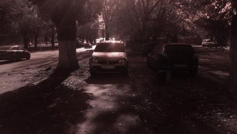 Саратовчанка жалуется на занявших тротуар автомобилистов