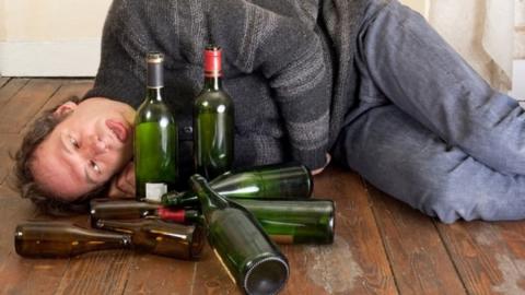 Саратовцев обеспокоил лежащий посреди улицы мужчина