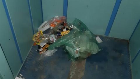 Лифт в доме на улице Мысникова завалили мусором