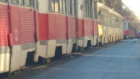Из-за сошедшего с рельсов вагона встали трамваи двух маршрутов