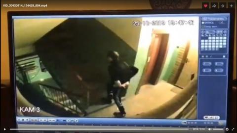 Мужчина встречает выходящих из лифта дам без штанов