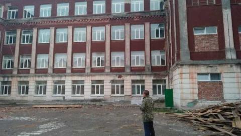 Вольский рабочий погиб, упав с четвертого этажа лицея