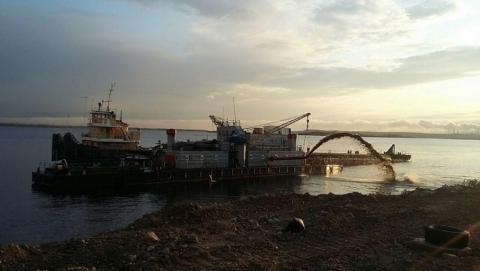 На саратовской набережной намывают песок на новый пляж