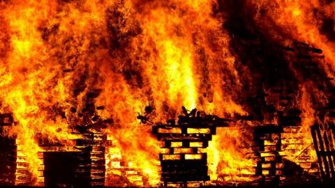 Дом с двумя сараями чуть не сгорел в Кировском районе Саратова