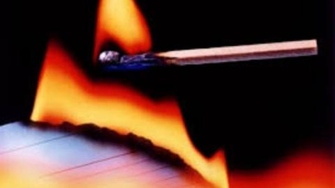 Обвиняемый в грабеже попытался сжечь свое уголовное дело