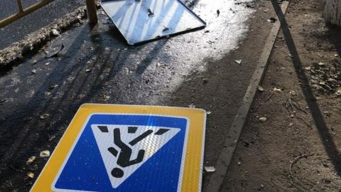Знак пешеходного перехода упал рядом со школой в Заводском