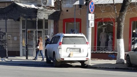 Автохам припарковался на тротуаре рядом с проспектом Кирова и прикрыл номера
