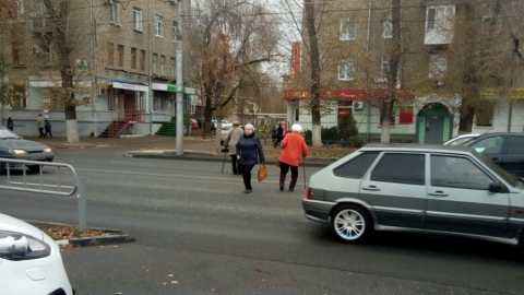 Очевидец зафиксировал массово нарушающих ПДД пенсионерок