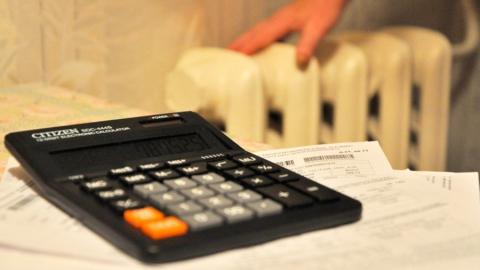 Энергетики развесили списки должников на подъездах домов