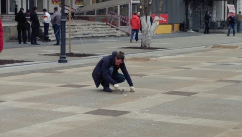 «Гуляющую» плитку на проспекте Кирова чинят чопиками
