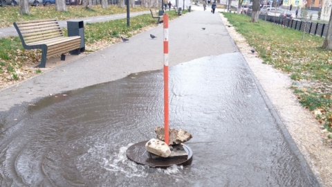 Внезапный «фонтан» появился на улице Рахова в Саратове