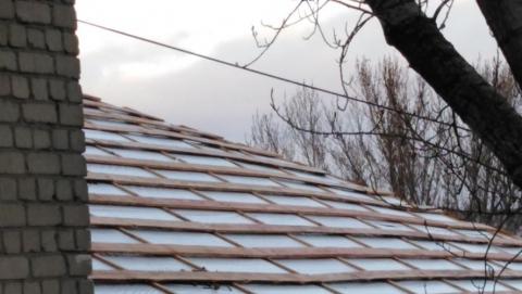 Дом в Заводском районе покрыли пленкой вместо крыши