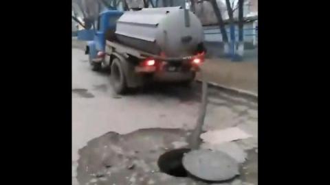 Возле детского садика незаконно сливают отходы в канализацию. Видео