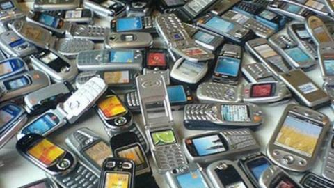 Директор магазина сотовых телефонов два месяца продавала гаджеты «налево»