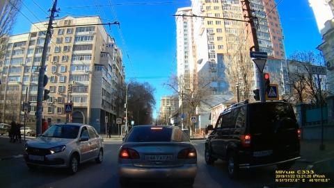 Таксист «Ситимобил» выехал «на встречку» на Мичурина. ВИДЕО