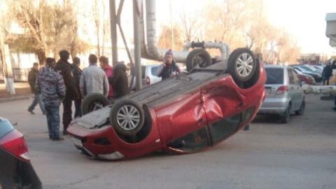 Красный Datsun влетел в столб и перевернулся