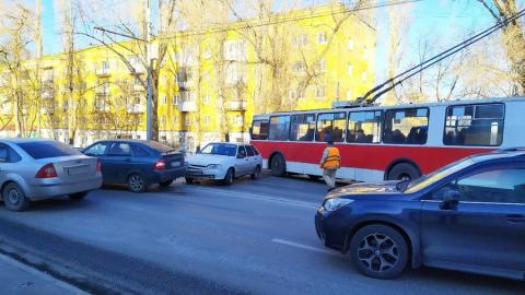 Столкнулись два авто и троллейбус