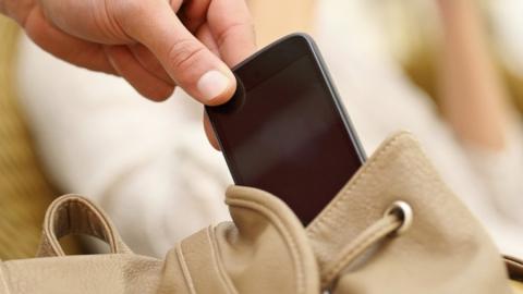 Украл iPhone и выбросил: рецидивиста подозревают в бессмысленной краже