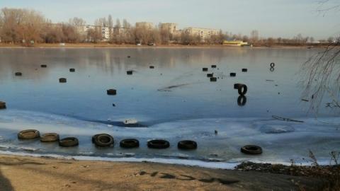 Балаковские хулиганы забросали свежий лед старыми покрышками. Видео