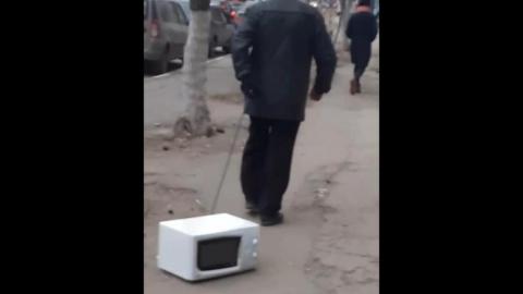 Саратовец решил выгулять микроволновку. Видео
