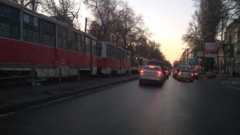 Стоят трамваи маршрутов № 3 и 11