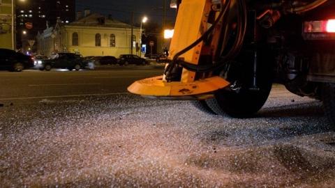 За сутки на дороги Саратова высыпали 267 тонн песка