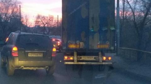 Фура блокировала движение в Кировском районе