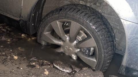 В центре Саратова машина провалилась в яму с водой