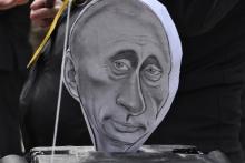 Коммунисты поиграли с похожей на Путина марионеткой