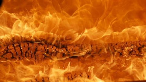 Матери четверых детей не дают квартиру после пожара