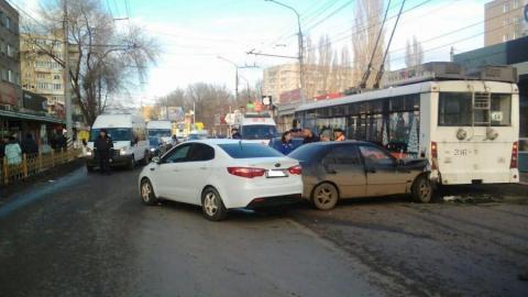 Троллейбус столкнулся с двумя машинами в Энгельсе