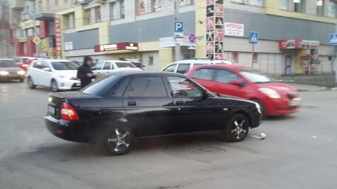 Машина без номера блокирует движение в центре Саратова