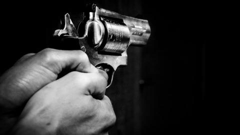16-летний парень угрожал престарелой женщине чем-то похожим на пистолет
