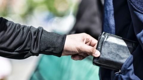 У саратовца вытащили смартфон в помещении банка на Чапаева