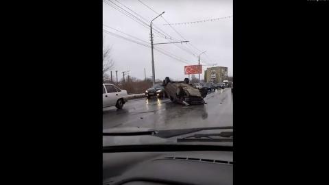 Авто перевернулось после тройной аварии. Видео