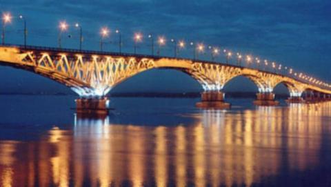 Огромная пробка образовалась на Саратовском мосту из-за ДТП